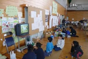 テレビに集まる子供たち