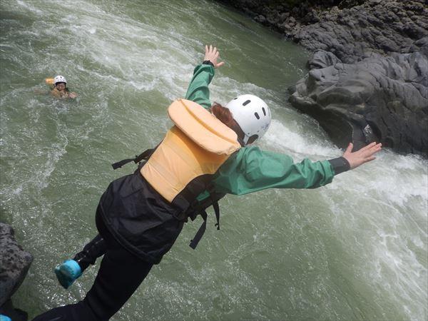 岩 ジャンプ 飛び込み ラフティング