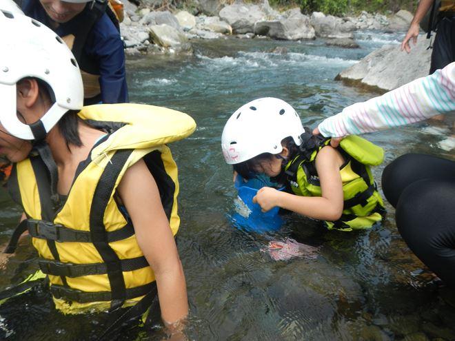 家族 こども 川遊び