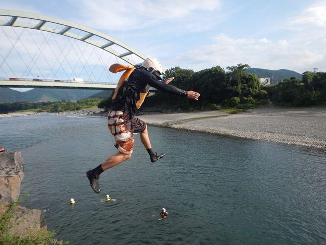 ジャンプ 川遊び アウトドア