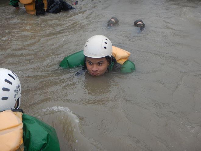 川泳ぎ 浮く ライフジャケット