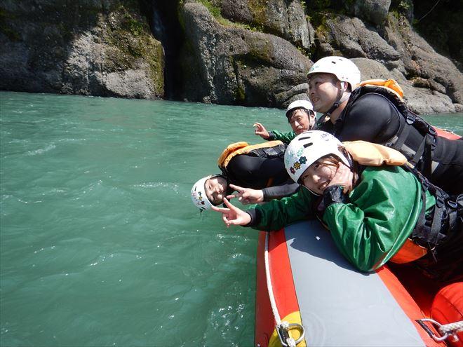 ボートで川下り ヘルメット ライフジャケット