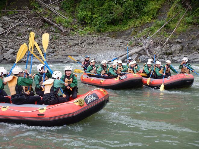 ラフティングチームワーク 赤いボート ゴムボート