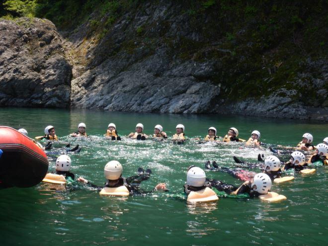 川で泳ぐ 富士宮で遊ぶならナチュラル
