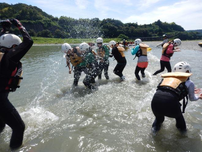 富士川 半日ラフティング 水かけ