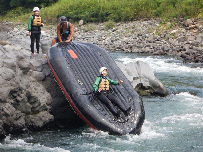 ボート滑り台 川の中 ゴムボート