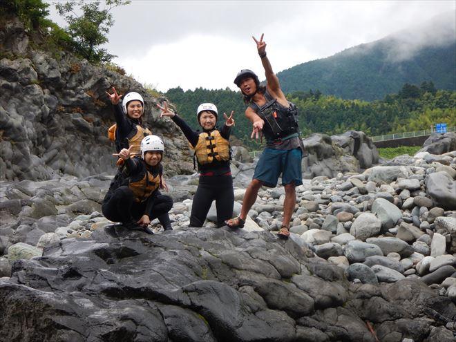 富士川半日遊び 岩の上
