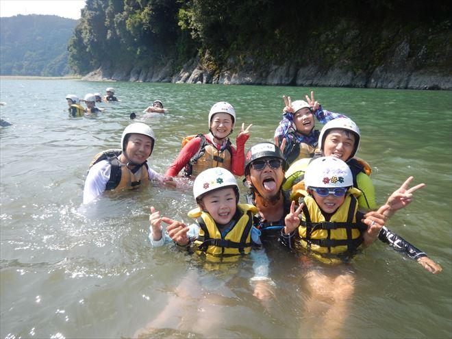 家族で川遊び 富士川水遊び ライフジャケット