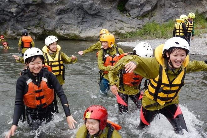水と戯れる 川遊び 自然遊び