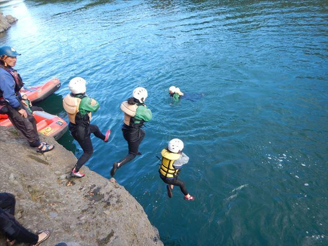 岩から飛び込み ジャンプ