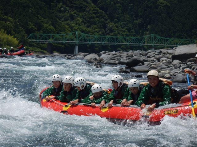 修学旅行で静岡 川遊び