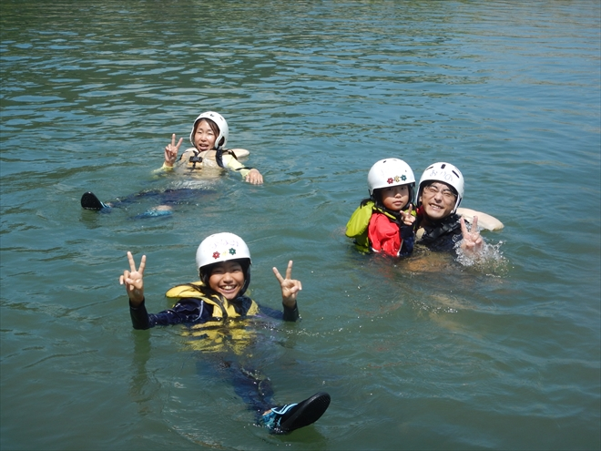 子どもと川で泳ぐ 家族で遊ぶ