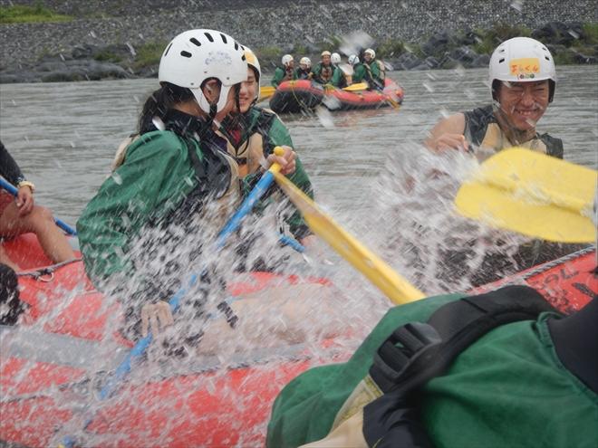静岡半日ラフティング 水の掛け合い