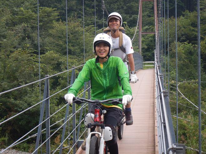 橋を渡る マウンテンバイクに乗ったまま