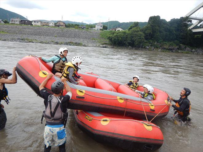 ボートでシーソー 川で遊ぶ