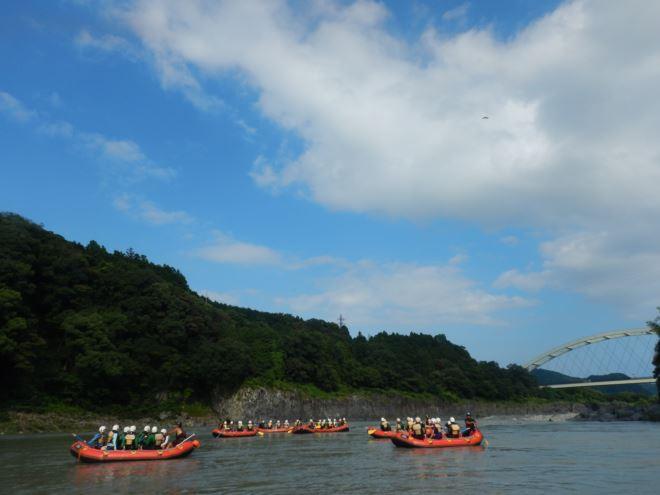 青空ラフティング たくさんのボート