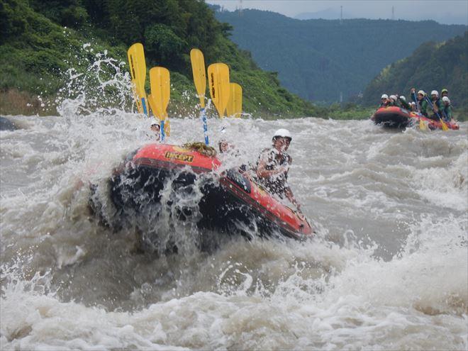 仲間と激流を下る 激しい川遊び