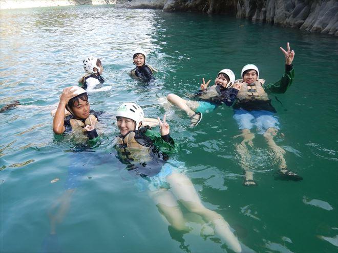 川で泳ぐ いろいろな遊び