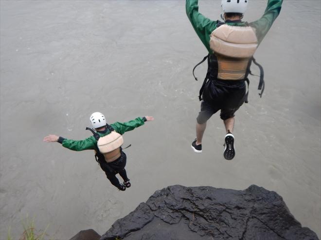 飛び込み 川へジャンプ