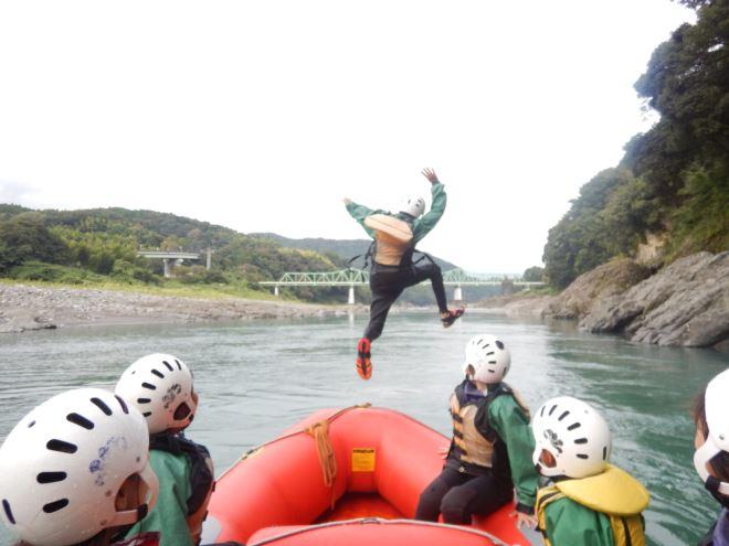 ボートからジャンプ 親子でラフティング