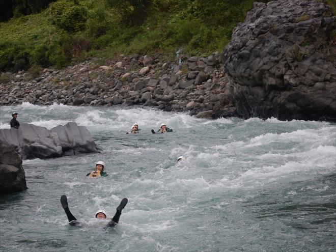 川を流れる