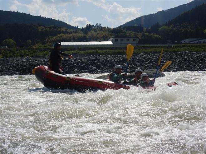 川でサーフィン ラフトボート