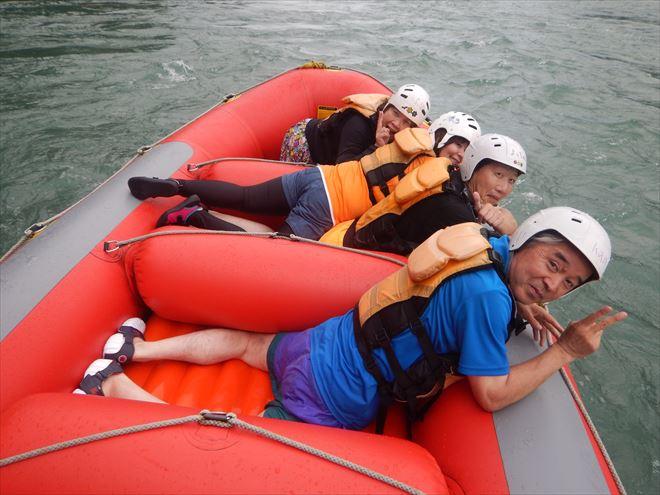 ゴムボート 川泳ぎ