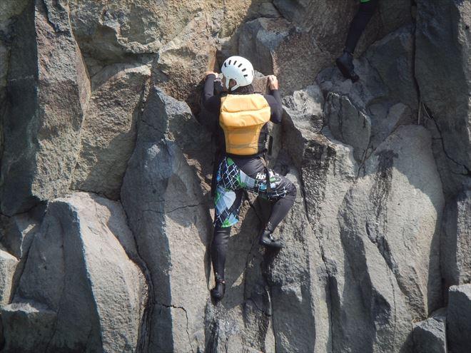 岩登り 岩にはりつく