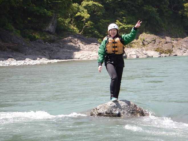 静岡富士川 岩の上 泳ぐ