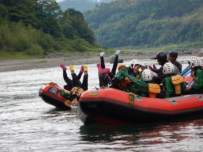 逆立ち ボート遊び 川泳ぎ