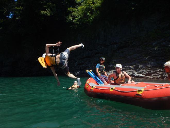 ボートから飛び込み ジャンプ