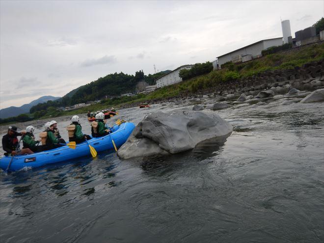 ラフティング岩にぶつかる 富士川ラフティング