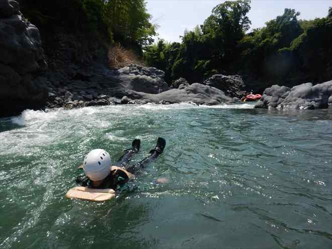 急流スイム 川を泳ぐ