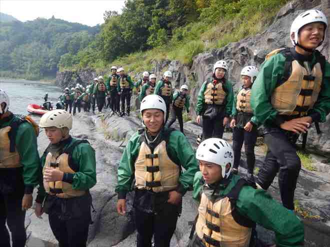 修学旅行生徒 自然を体感する