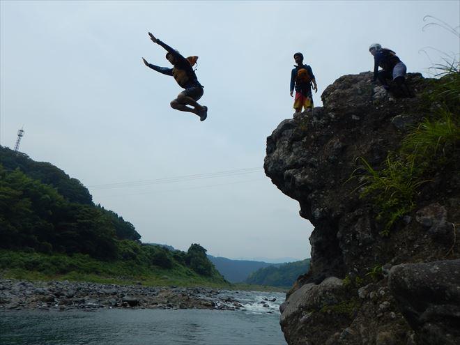 岩から飛び込み 川へジャンプ
