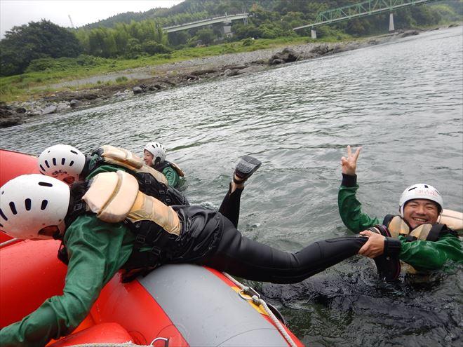 裏切り 川へ落とす