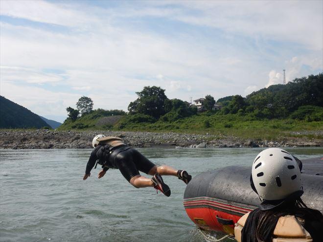 川へダイブ 川へ落ちる