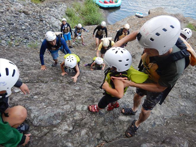 岩を登る 子ども川初体験