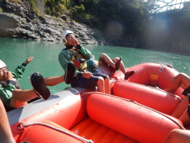 川に入る 秋に川へ